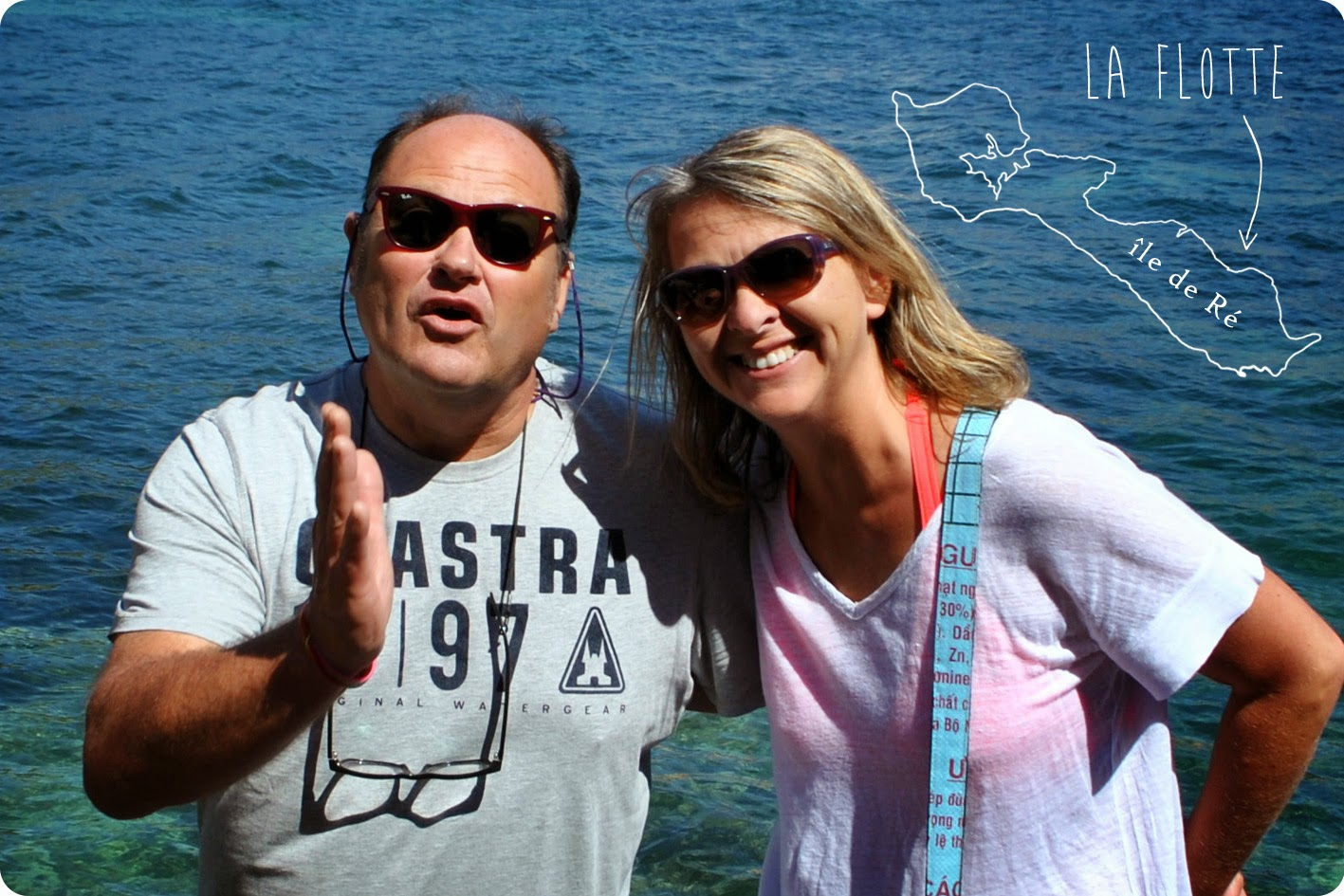 Ivan et Valérie, lunettes de soleil, dos tourné à la plage